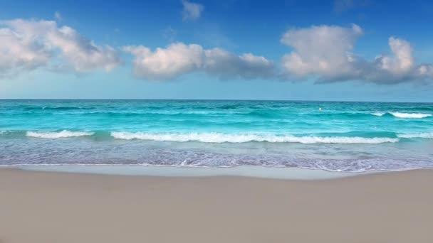 Idyllischer Uferstrand mit türkisfarbenem tropischem Wasser