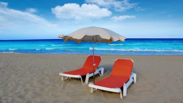 Idilli parton beach, türkizkék víz függőágy és napernyő