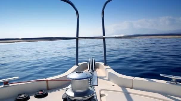 loď plující v klidné modré moře Středozemního moře vody z luk