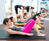 Aerobica allenatore personale pilates in una classe di gruppo palestra