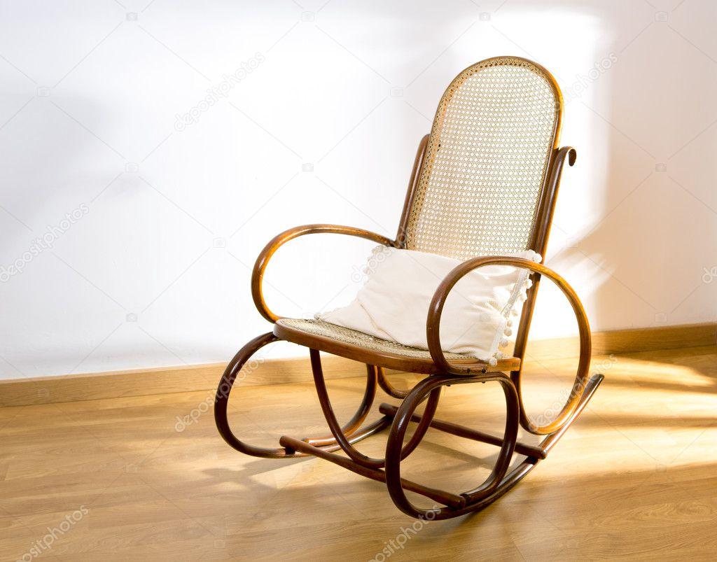 gyllene retro rocker trä gunga stol på trägolv — stockfotografi
