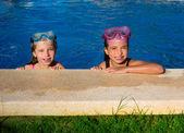 Kék szemét gyermekek lány a kék medence melletti mosolyogva