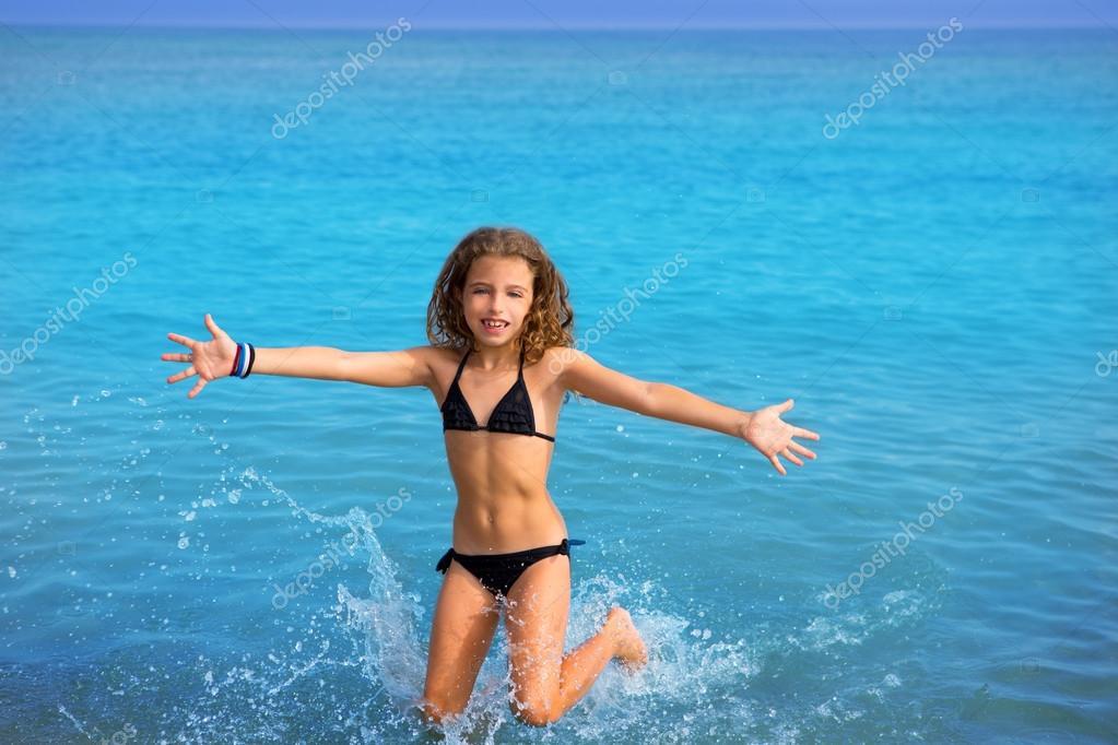 blauen strand junge m dchen mit bikini springen und laufen. Black Bedroom Furniture Sets. Home Design Ideas
