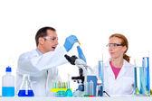 Fotografia laboratorio chimico con due scienziato lavorando