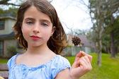 Fotografia Ritratto di ragazza con sweetgum a spillo frutta sul parco