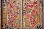 Indický inspiroval vyřezávané zlatý červené dřevěné dveře
