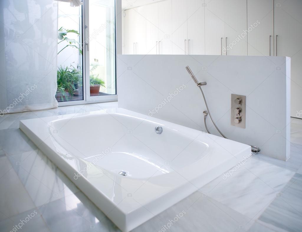 Vasca da bagno bagno casa bianca moderna con lucernario cortile foto stock lunamarina 39743873 for Vasca da bagno moderna