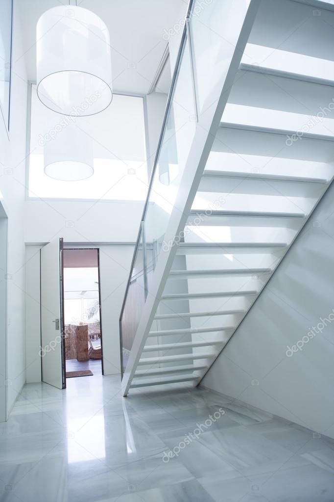 la maison blanche moderne hall entrée avec escalier — Photographie ...