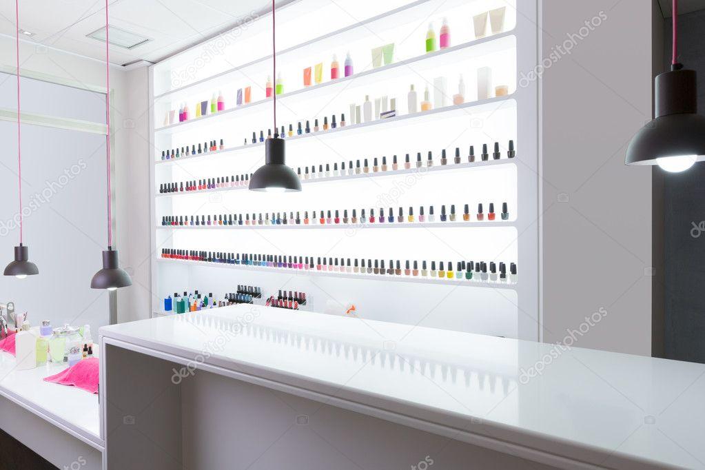 Nagel und Pediküre Salon modern mit Nagellack bunt in einer r ...