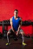 Kettlebell cvičení trénink muži v tělocvičně