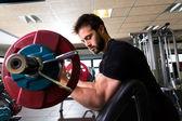 Photo biceps preacher bench arm curl workout man at gym