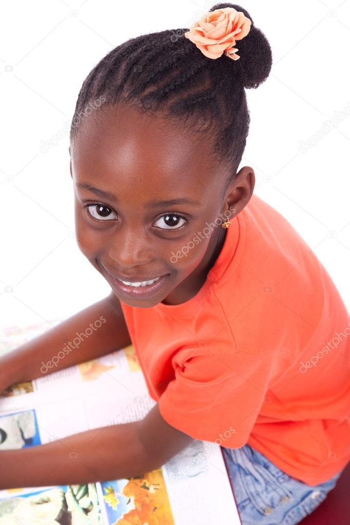 Mignonne Noire Afro Américain Fillette Lisant Un Livre
