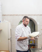 Kuchař dělá pizzu