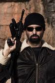 Fotografie Mann mit einem Maschinengewehr