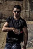 Fotografie bedrohliche Mann mit einer Pistole