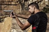 Fotografie bedrohliche Mann zeigen eine Pistole