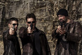Fotografie Gang-Mitglieder mit Waffen