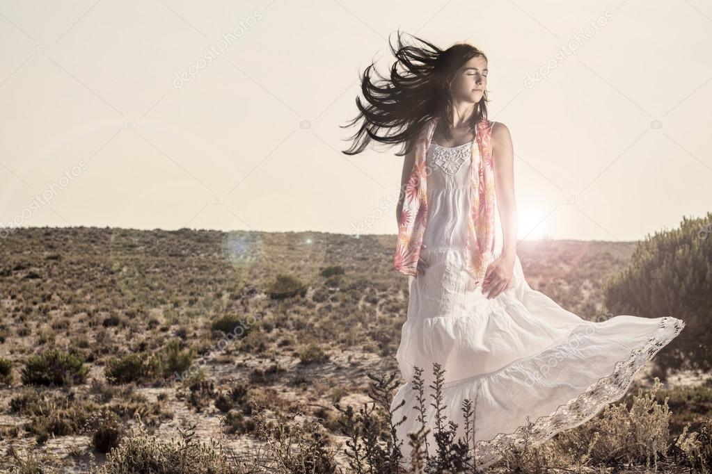 Mädchen mit weißem Kleid im Wind — Stockfoto © membio ...