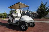 Bílý golfový vozík zaparkoval