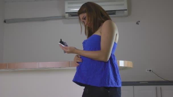 těhotná žena drží miminka