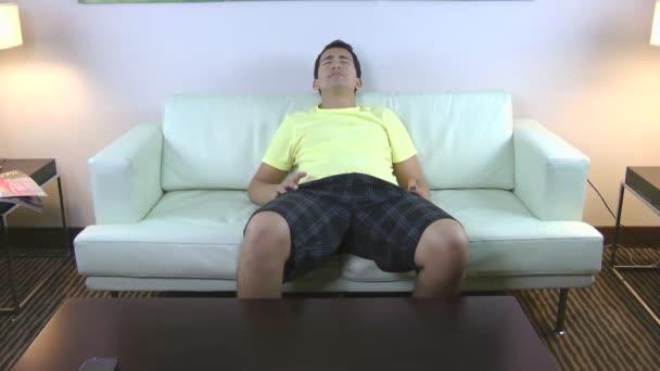 mladý muž trpící bolesti žaludku