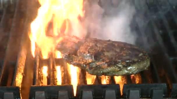 výborné šťavnaté bifteky na grilu s plameny