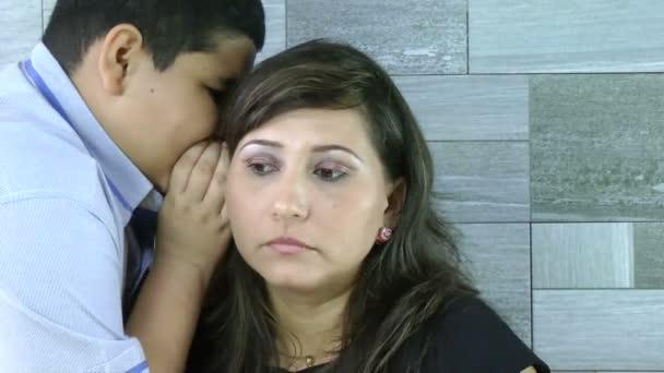 děsivé tajemství. chlapec říkal působivé tajemství jeho matce