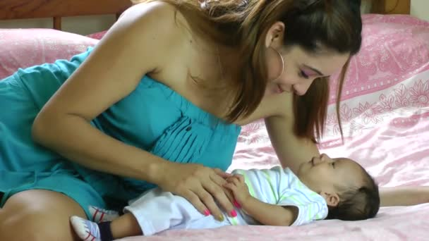 mladá hispánský žena s malým dítětem v posteli