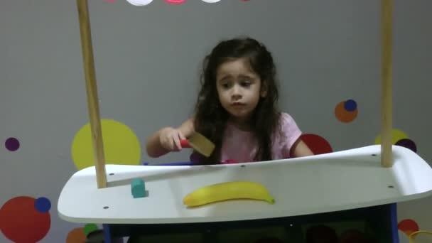 játék a színes játék, boldog kis lány