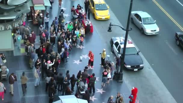 Los angeles - cca 2014: lidí, kteří jdou na slavný chodník slávy na hollywood blvd na cca 2014 v los angeles, Kalifornie