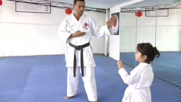 mistra karate s jeho mladý student