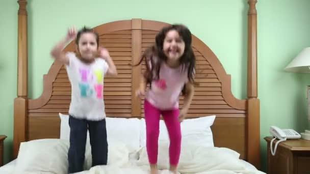 Ugrás az ágyban lányok