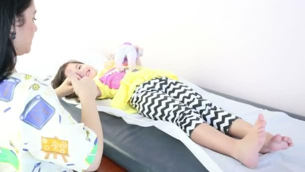 masszázs terapeuta giving egy odaad egy kislány