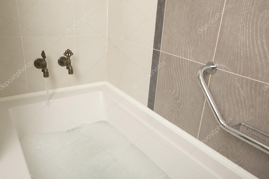 https://st.depositphotos.com/1057968/2618/i/950/depositphotos_26184173-stockafbeelding-een-ouderwetse-badkamer-met-bad.jpg