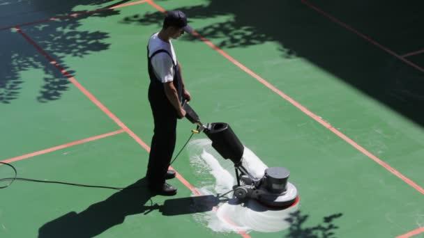 čištění podlahy