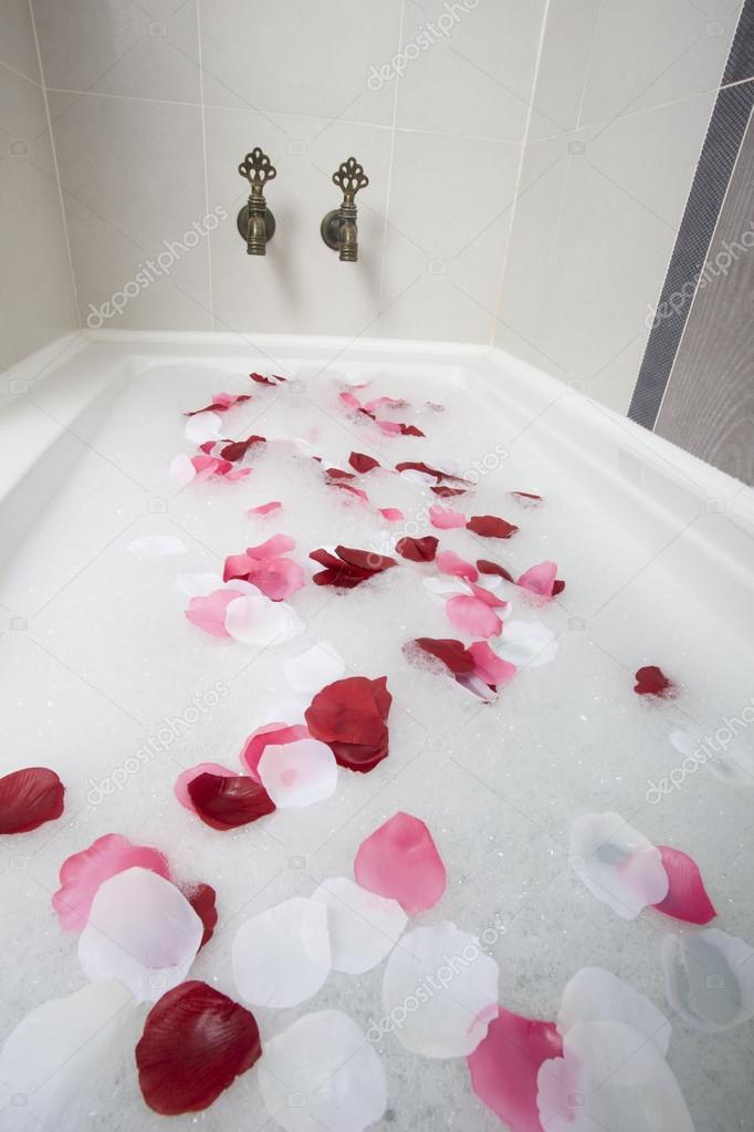 Eau du bain avec p tales de roses photographie senkaya - Petale de rose bain ...