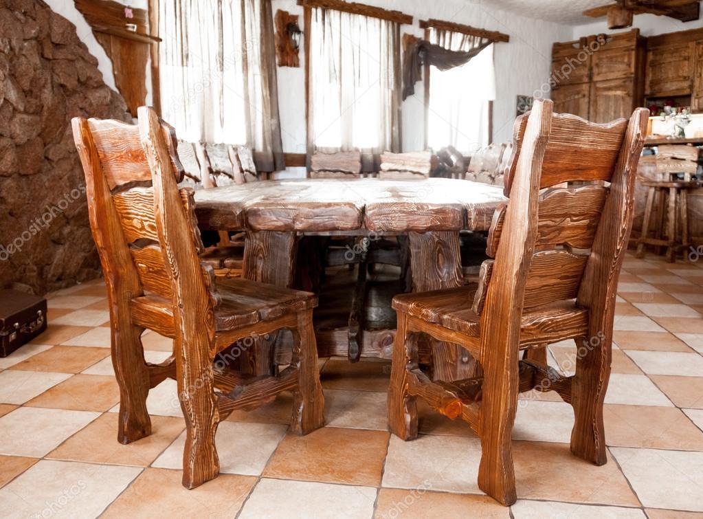 Grote Houten Tafels : Grote houten tafel met stoelen u2014 stockfoto © kryzhov #33670803