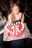 Szexi fiatal nő holding születésnapi torta gyertyákkal