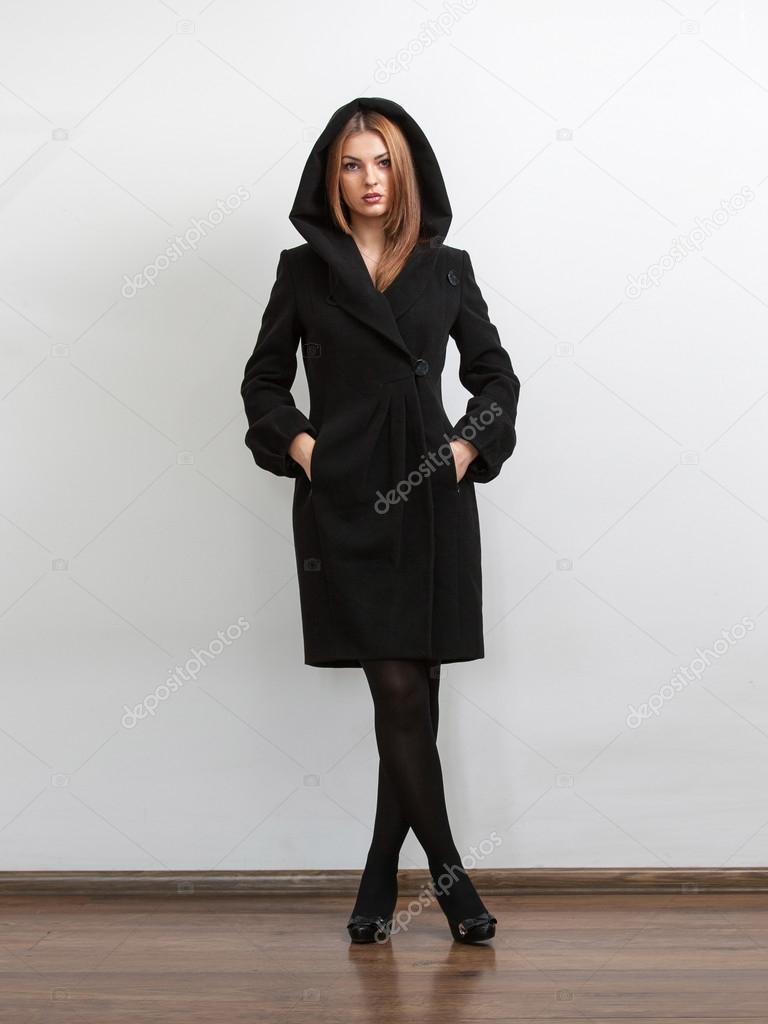 Σέξι γυναίκα φοράει μαύρο παλτό με κουκούλα γούνα — Φωτογραφία Αρχείου 94f0941122d