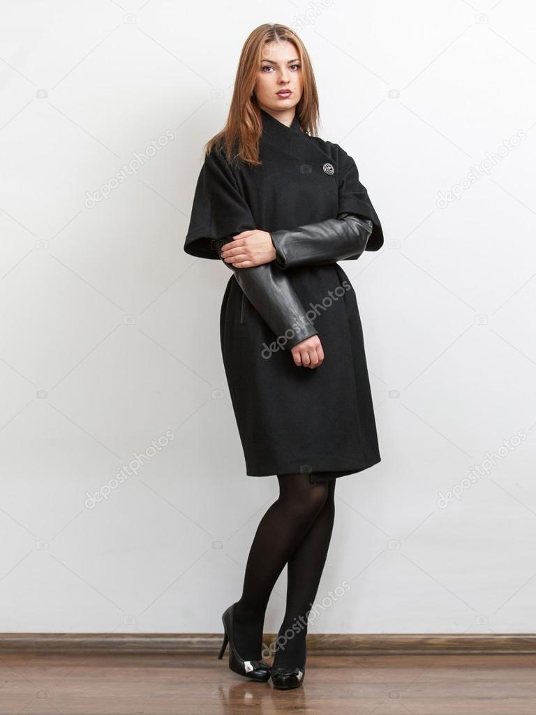γυναίκα που φοράει μαύρο παλτό 7507fd56d81