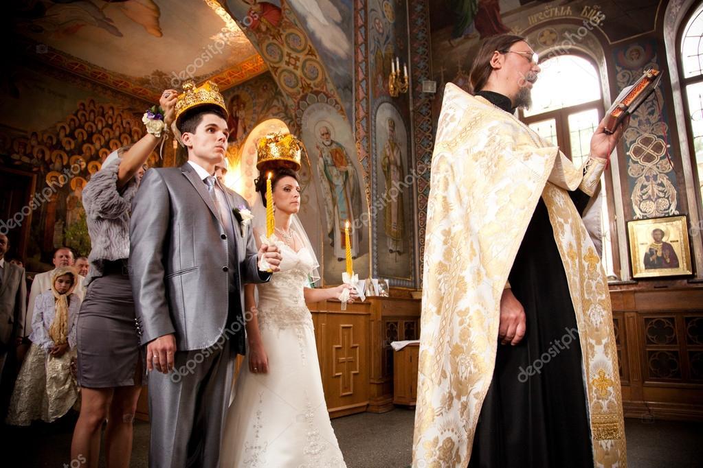Russische traditionele bruiloft in orthodoxe kerk