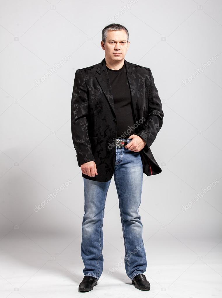 Matrimonio In Jeans E Giacca : Ritratto in studio di un uomo adulto jeans e giacca