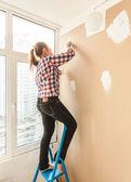 Fotografia donna che lavora con stucco e spatola su scala