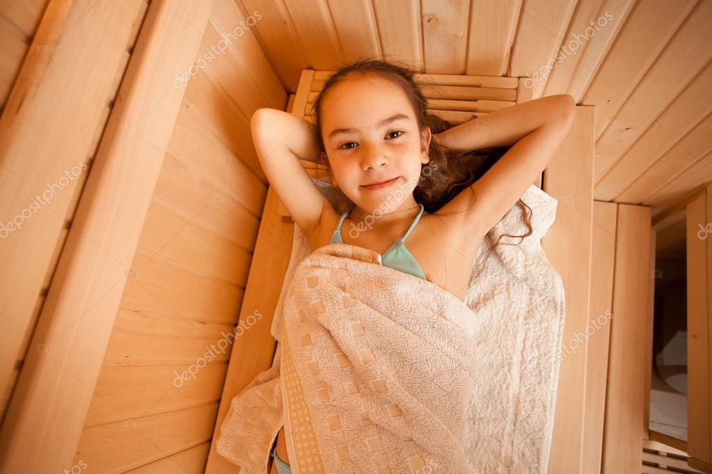 portret dziewczynki lezacego  saunie zdjecie stockowe