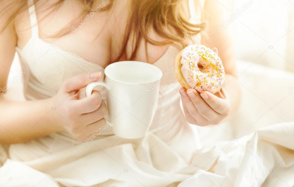 Утро девушки как одеваться в постели