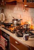 Fényképek égő gáztűzhely, ország konyha a forró serpenyőben