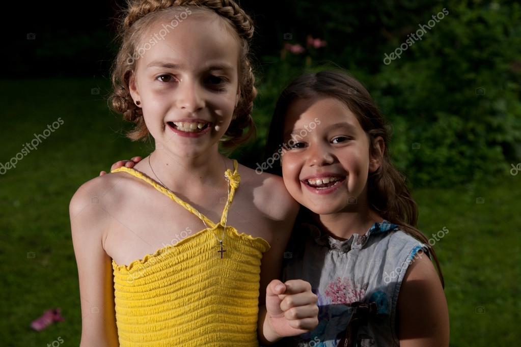 acht und neun Jahre altes Mädchen — Stockfoto © msdnv1 #33220881