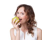新鮮な熟したリンゴをかむフィットの若い女の子の肖像画