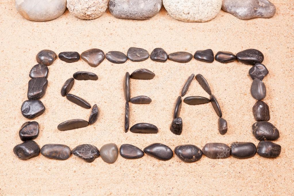 Palabras Escritas En La Arena De La: Mar De La Palabra Escrito Con Piedras En La Arena De Una