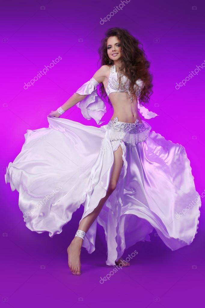 mujer delgada hermosa bailarina. sexy oriental árabe profesan — Foto ...
